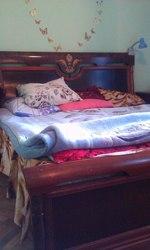Спальный гарнитур из красного дерева.